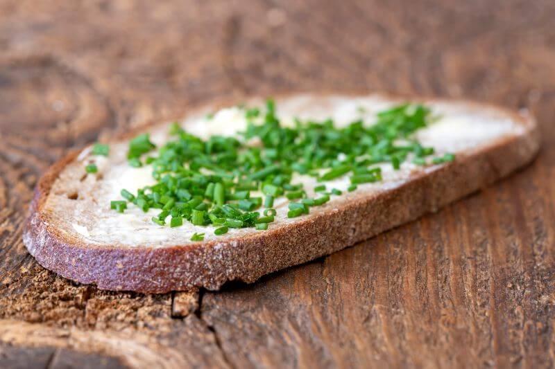 Narezana drobnjakova stebelca na kruhu Zapper Zaper Zaperino